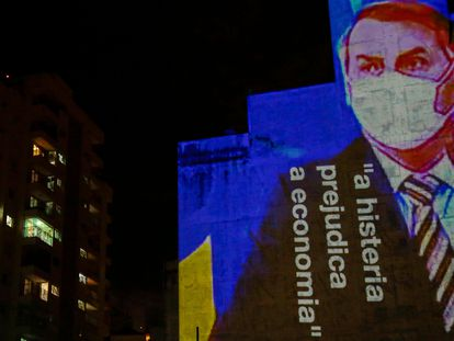 Projeção critica atuação de Bolsonaro durante a pandemia.