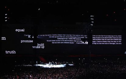Telão exibe poema no show do U2 no Morumbi.