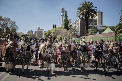 Dezenas de zulus com vestimentas tradicionais marcham pelas ruas de Johannesburgo, nesta quarta-feira, para homenagear Mantfombi Dlamini, que morreu em 29 de abril.