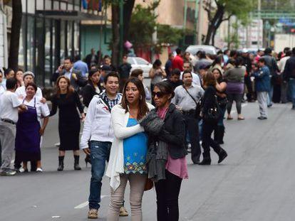 Habitantes da Cidade do México após o tremor.