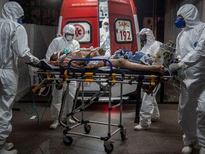 Trabalhadores do SAMU socorrem pessoas com covid-19 na madrugada de 4 de abril, em Salvador.