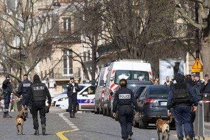 Policiais franceses cercam a região dos escritórios do FMI, em Paris.