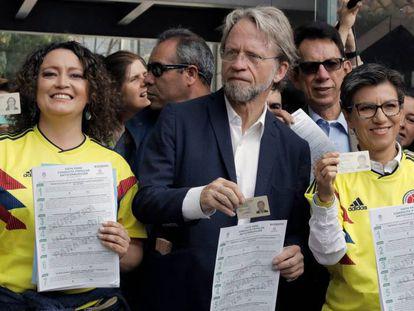 De esq. para a dir., Angélica Lozano, Antanas Mockus e Claudia López, três dos promotores da consulta contra a corrupção, votam em Bogotá. Em vídeo, entrevista coletiva do presidente colombiano, Iván Duque.