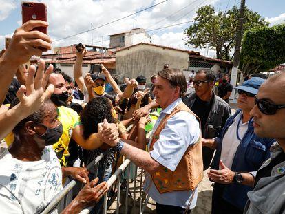 Sem máscara, presidente Bolsonaro cumprimenta apoiadores em frente a batalhão do Exército, em Feira de Santana (BA).