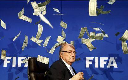 Blatter, entre notas de dólar.