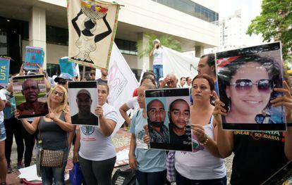 Manifestantes protestam a caminho de Brumadinho contra a Vale, em Belo Horizonte.