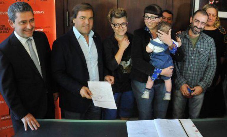 O filho com seus três pais e o chefe de Gabinete da Província de Buenos Aires, Alberto Pérez.