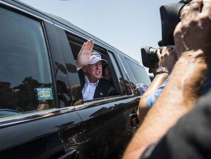Donald Trump cumprimenta a imprensa do seu carro, na quinta-feira, no Texas.