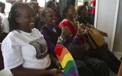Um grupo de ativistas celebra a decisão em Kampala.