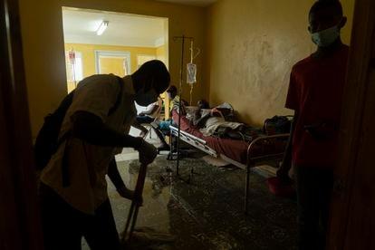 Pessoal do Hospital Port-Salut após o terremoto.
