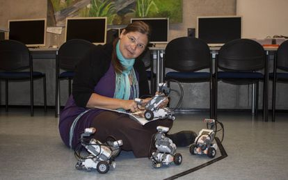 Birgy Lorenz com seus robôs.