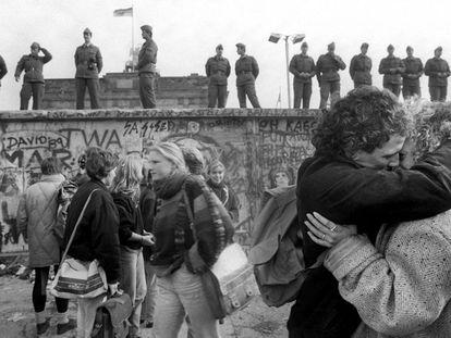 O bloqueio fronteiriço do Muro de Berlim acabou em 9 de novembro de 1989. Embora fisicamente a pedra, o tijolo e o cimento tenham demorado um pouco mais para serem quebrados, nesse dia terminou a separação entre Berlim Oriental e Ocidental. Nesta imagem um casal se beija ao lado do Muro. Ao redor, jovens se aproximam para contemplar o fim da divisão em 15 de novembro de 1989.