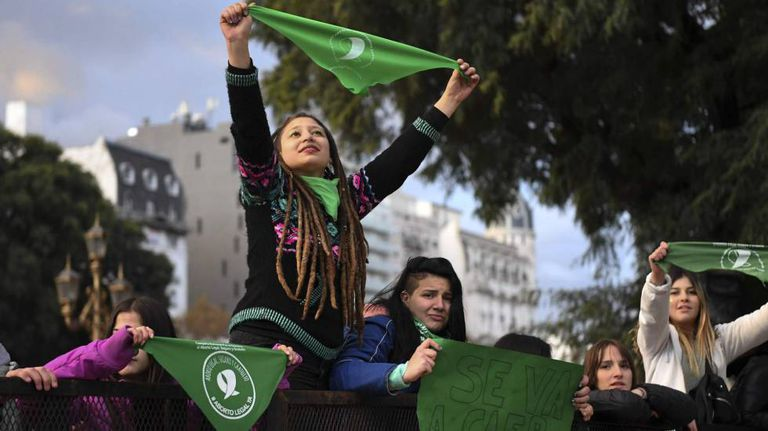 Jovens a favor do aborto legal diante do Congresso argentino