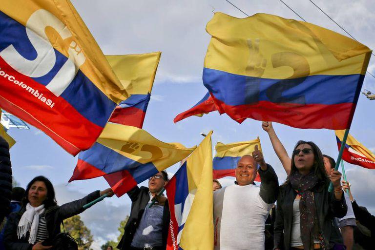 Colombianos comemoram o acordo de paz com as FARC.