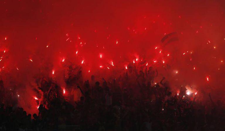 Torcida do Flamengo usa sinalizadores na final da Copa Sul-Americana.
