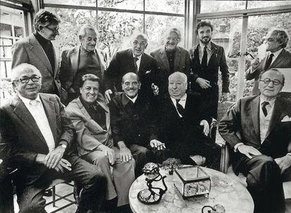 Almoço em homenagem a Buñuel em Los Angeles em novembro de 1972. Em pé, Robert Mulligan, William Wyler, George Cukor, Robert Wise, Jean-Claude Carrière (com barba) e Serge Silverman. Na frente, Billy Wilder, George Stevens, Luis Buñuel, Alfred Hitchcock e Rouben Mamoulian.