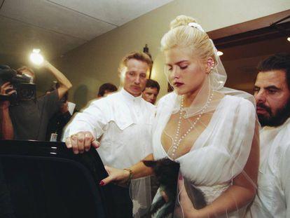 Anna Nicole Smith no funeral de seu marido, J. Howard Marshall, realizado em Houston, em agosto de 1995. A modelo usava o mesmo véu do dia do seu casamento, quando ela tinha 26 anos, e ele já somava 89.