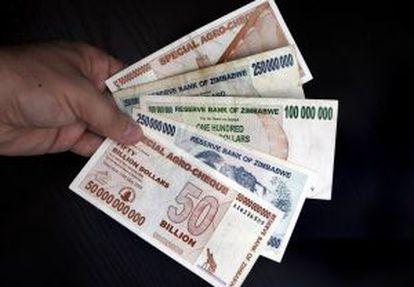 Diferentes notas de vários bilhões de dólares do Zimbábue.