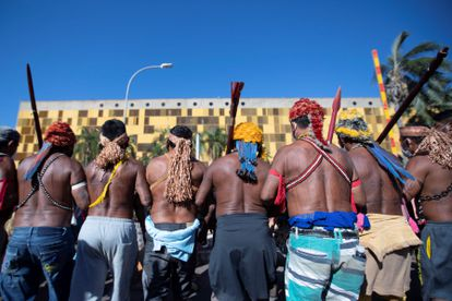 Indígenas de diversas etnias protestam nesta quarta em frente a uma das entradas da Câmara em protesto contra o PL 490.