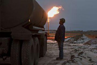 Um trabalhador opera um caminhão durante as operações de carregamento em um poço petrolífero de Montada (EUA).