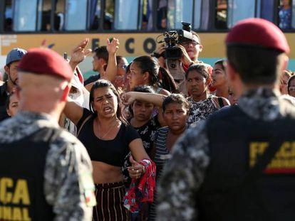 Protesto de parentes de presos mortos em um complexo prisional em Manaus.