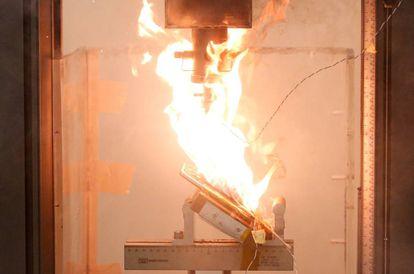 Um Note 7 em chamas durante teste de laboratório em Cingapura.