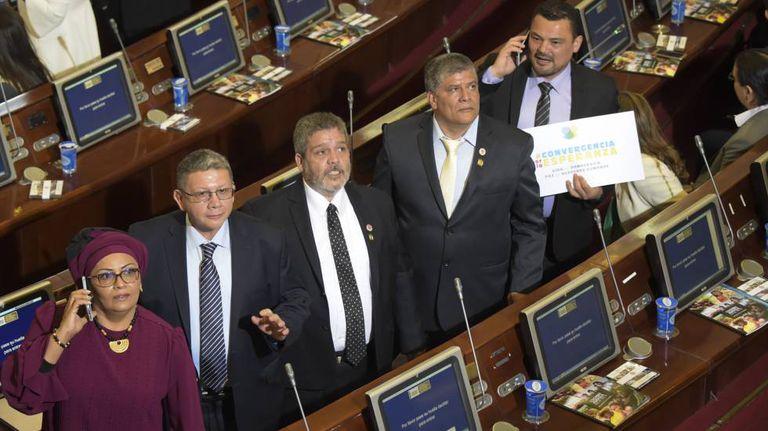 Membros do partido oriundo das FARC, entre eles Victoria Sandino e Pablo Catatumbo (da esq. para a dir.), no Congresso colombiano.