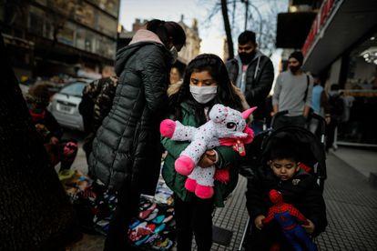 Uma família de Buenos Aires se protege com máscaras