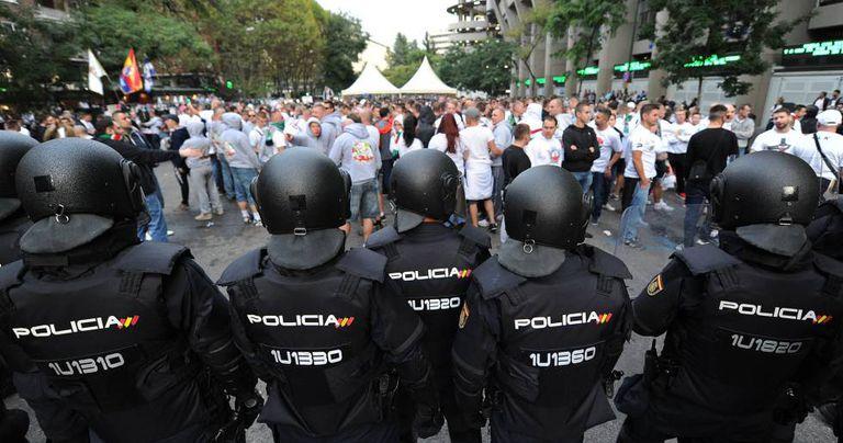 Polícia controla a torcida do Legia.