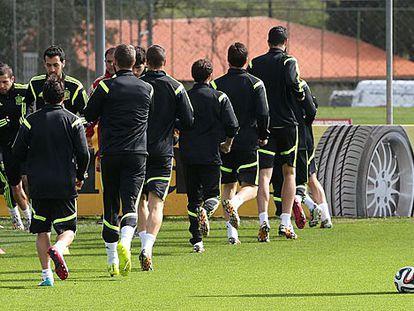 Del Bosque observa seus jogadores em Curitiba.