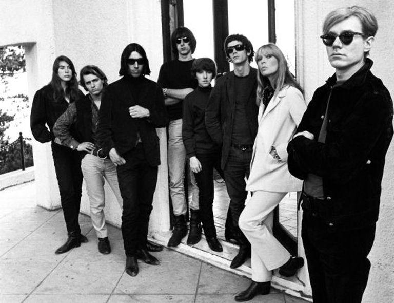 Andy Warhol (à direita) e o Velvet Underground, em uma imagem de 1966 realizada pelo fotógrafo Steve Schapiro.