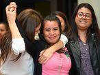 Evelyn Hernández,una mujer salvadoreña víctima de violación, celebra con sus abogados tras ser absuelta de asesinato después de dar a luz a un bebé muerto en su casa en 2016, en la corte de Ciudad Delgado en San Salvador (El Salvador), el 19 de agosto de 2019. Hernández, de 21 años, llegó a pasar más de dos años en la cárcel tras haber sido sentenciada por homicidio agravado. El embarazo de Hernández fue fruto de una violación continuada que nunca denunció ya que estaba amenazada por el agresor.
