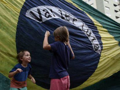 Crianças brincam durante um ato em apoio a Lula do lado de fora da embaixada brasileira em Montevidéu, Uruguai, na quarta-feira, 11 de abril