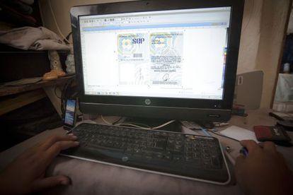 """""""Arturo"""" mostra os arquivos com que produz os documentos falsos."""