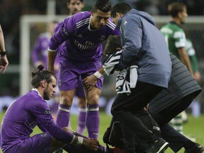 Bale segura a perna após a lesão no estádio Alvalade, Lisboa.