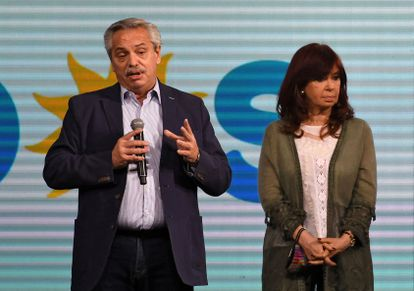 O presidente da Argentina, Alberto Fernández, e sua vice, Cristina Fernández de Kirchner, falam a seus seguidores depois da derrota de domingo nas eleições primárias.