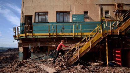 Um bombeiro em busca por vítimas da tragédia de Brumadinho, 20 dias após a ruptura da barragem da Vale.
