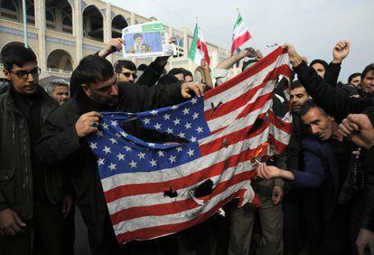 Bandeira dos Estados Unidos é queimada em protesto em Teerã.