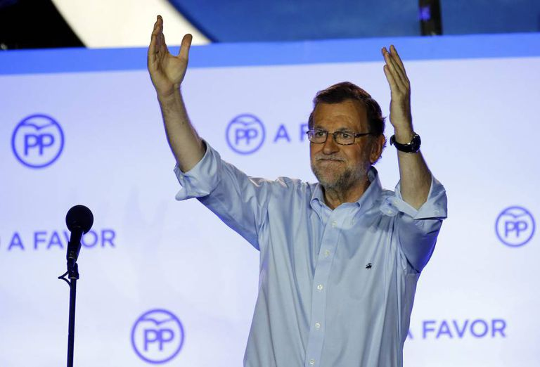 Mariano Rajoy saúda partidários após a contagem dos votos.