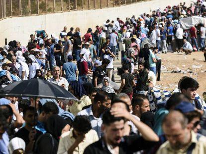 Refugiados cruzam a fronteira da Síria com a Turquia em agosto de 2017.