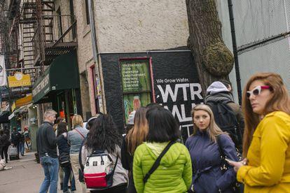 É fácil encontrar dezenas de pessoas fazendo fila antes de a confeitaria abrir suas portas, às 8h.