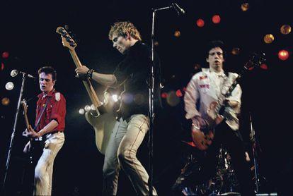 Joe Strummer, Paul Simonon e Mick Jones em um show do The Clash em Londres em 1979.