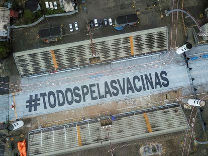 """A frase """"Todos pelas vacinas"""" é vista no Sambódromo de São Paulo."""