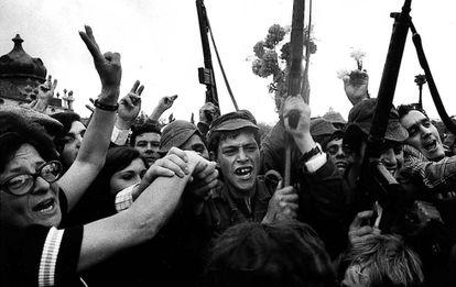 Soldados e civis comemoram a vitória da insurreição militar que acabaria com a ditadura de Marcelo Caetano.