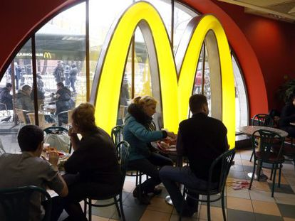 Interior de um restaurante McDonald's.