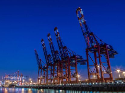 Guindastes de carga no porto de Hamburgo, Alemanha.
