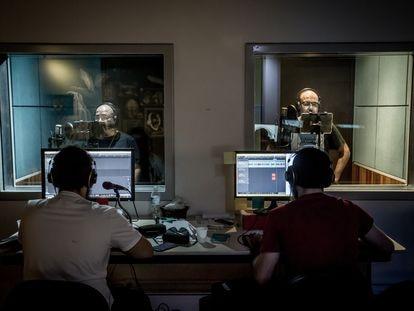 Alex Castro e Alexandre Cumino gravam seus livros nos estúdios da Tocalivros, na Barra funda, em São Paulo.
