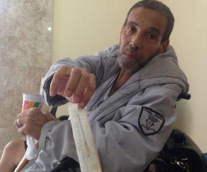 Jorge Pereira, de 54 anos, traz as próprias agulhas de casa.