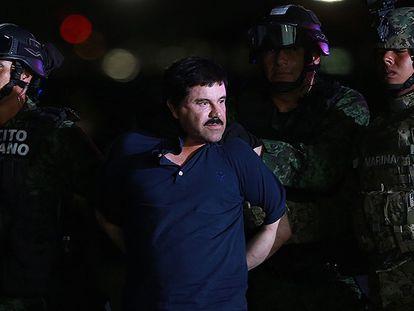 Militares conduzem El Chapo a um helicóptero.
