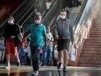 AME3351. OSASCO (BRASIL), 08/09/2020.- Usuarios pasan hoy por una cabina de desinfección mientras salen de una estación del metro, en el centro de la ciudad de Osasco, en Sao Paulo (Brasil). Brasil registró ayer lunes 310 nuevas muertes por coronavirus, el número diario más bajo desde abril, que elevó el total de fallecidos a 126.960 y parece confirmar que la pandemia empieza a ceder en el país, según datos oficiales. EFE/ Sebastiao Moreira